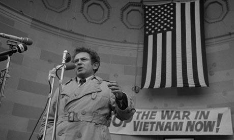 Norman Mailer durante una protesta contro la guerra in Vietnam
