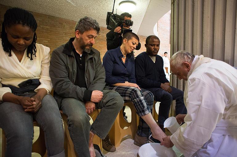 Papa Francesco lava i piedi ai detenuti durante la sua visita al Rebibbia nell'aprile 2015