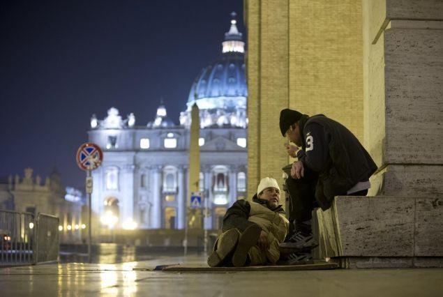Roma, senza tetto davanti Piazza San Pietro