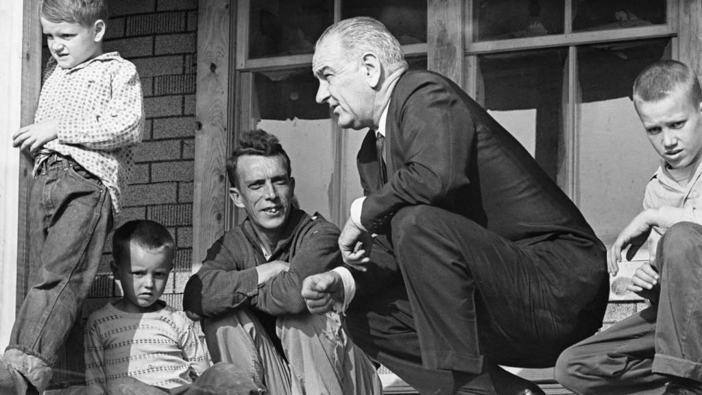 Il presidente Johnson durante una visita a un bracciante agricolo a Martin County, Kentucky, 1964