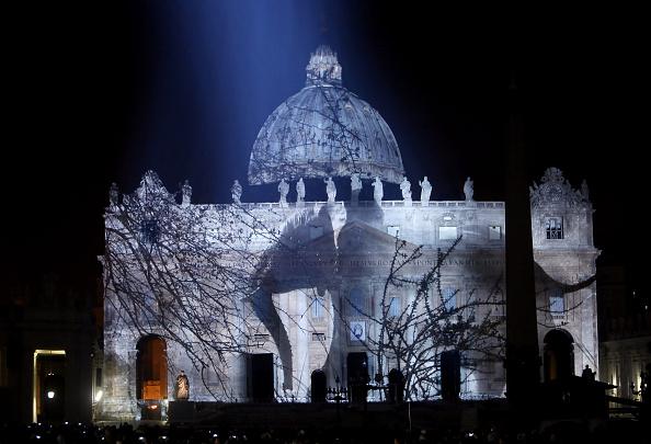 Le immagini proiettate sulla basilica di San Pietro durante l'apertura del Giubileo della Misericordia.