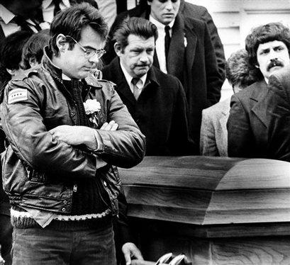 Dan Aykroyd durante il funerale di John Belushi